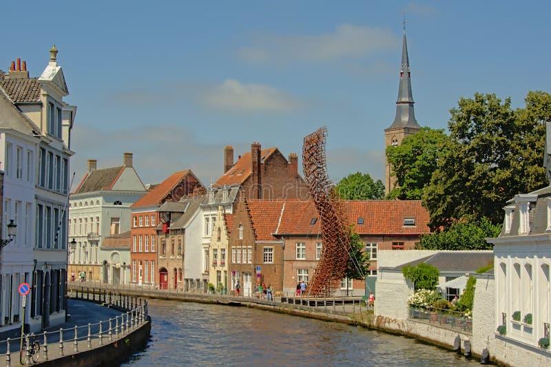 Kanał z średniowiecznymi domami i Lanchals nowożytna żelazna rzeźba John władzami, część Bruges triennial 2018l obrazy stock