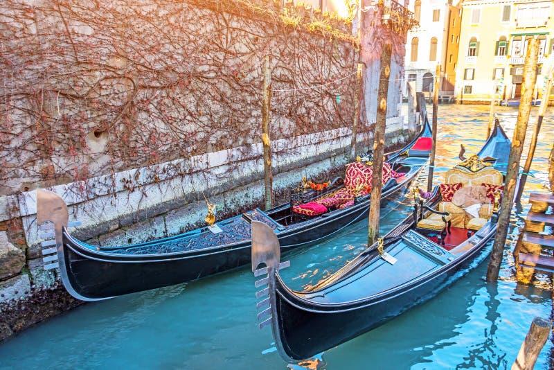 Kanał z gondolami na molu Wenecja, Włochy Architektura i punkty zwrotni Wenecja obrazy stock