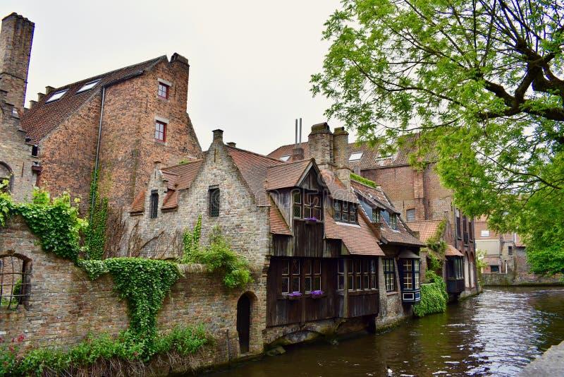 Kanałowi i średniowieczni domy w Bruges obrazy stock