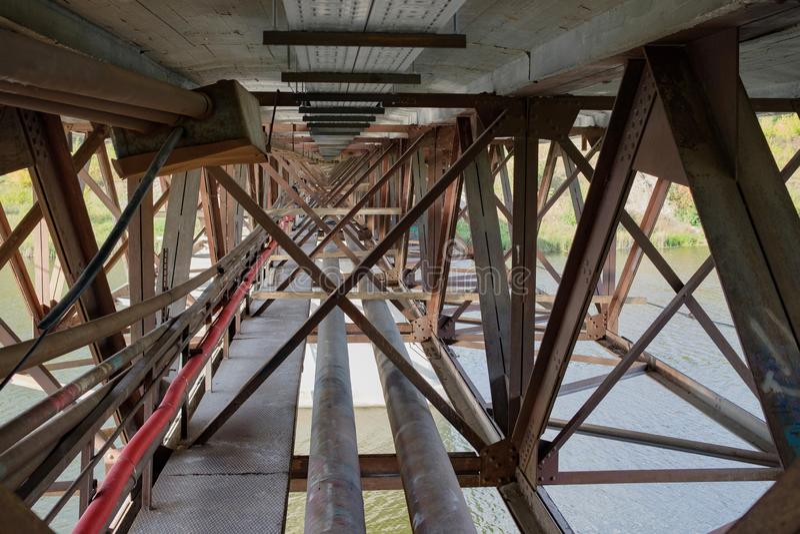 Kanały i promienie pod mostem, konstruuje struktury wspierać starego most zdjęcie royalty free