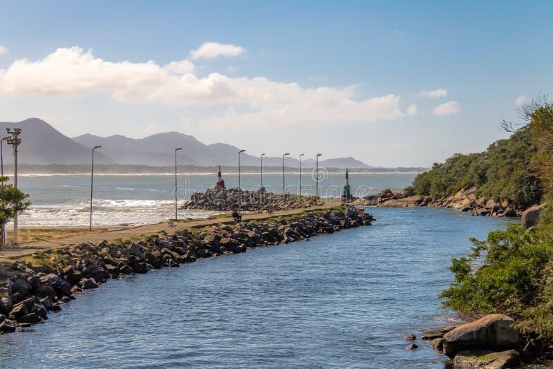 Kanaal bij Barra da Lagoa-gebied van Lagoa DA Conceicao - Florianopolis, Santa Catarina, Brazilië royalty-vrije stock afbeelding
