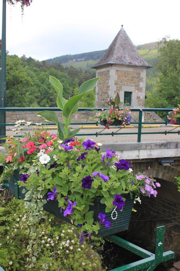 Kanaal binnen met bloemen op een brug stock foto