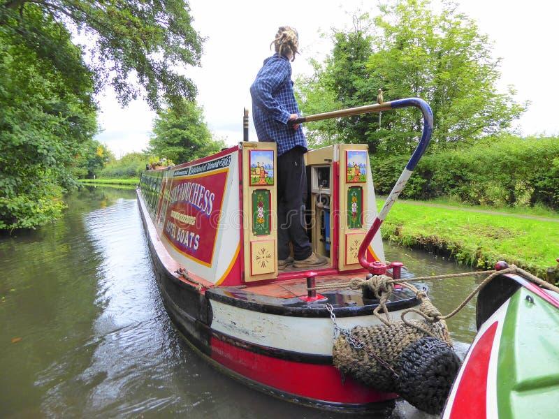 Kanaal die narrowboat een ander kanaalschip slepen stock fotografie