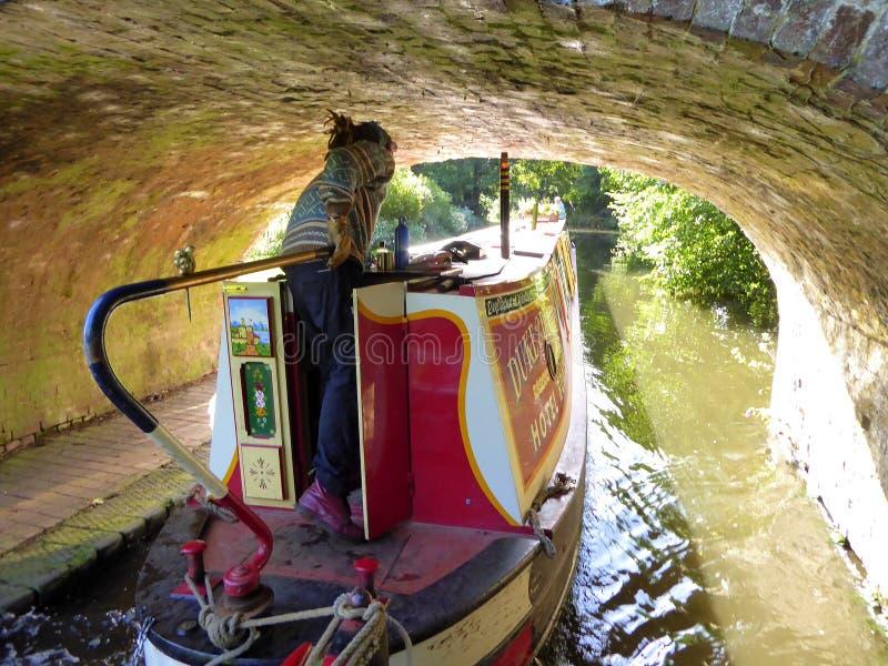 Kanaal die narrowboat een tunnel weggaan stock afbeeldingen