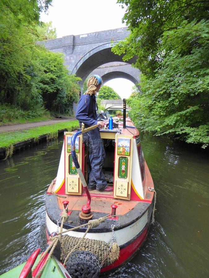 Kanaal die narrowboat onder bruggen gaan stock afbeeldingen