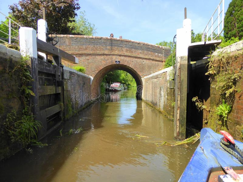 Kanaal die narrowboat slot verlaten stock afbeelding