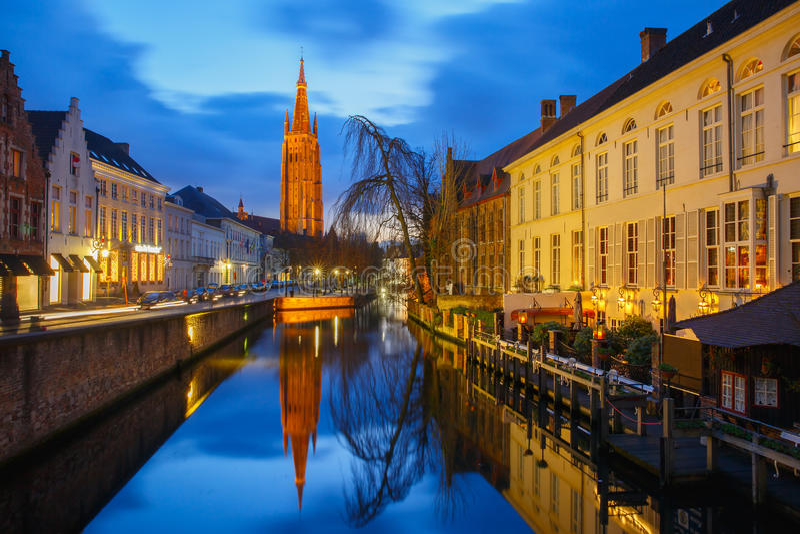 Kanaal Dijver en een Kerk van Onze Dame in Brugge royalty-vrije stock afbeelding