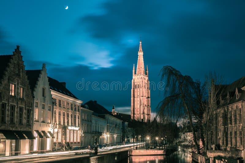 Kanaal Dijver en een Kerk van Onze Dame in Brugge stock foto's