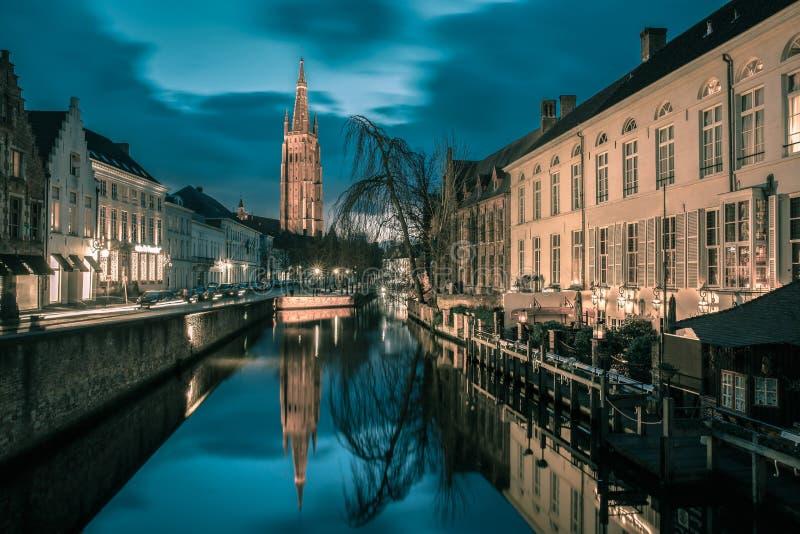 Kanaal Dijver en een Kerk van Onze Dame in Brugge royalty-vrije stock afbeeldingen