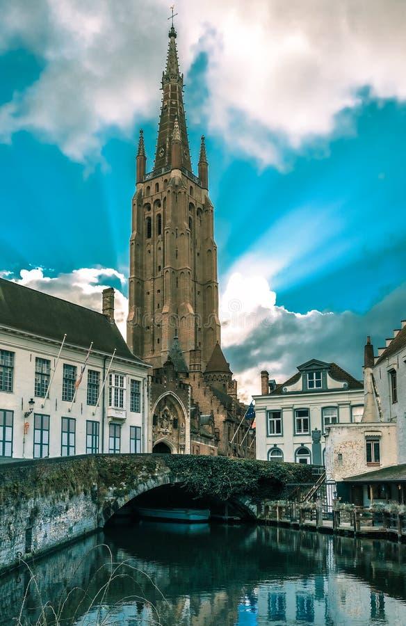 Kanaal Dijver en een Kerk van Onze Dame in Brugge stock fotografie