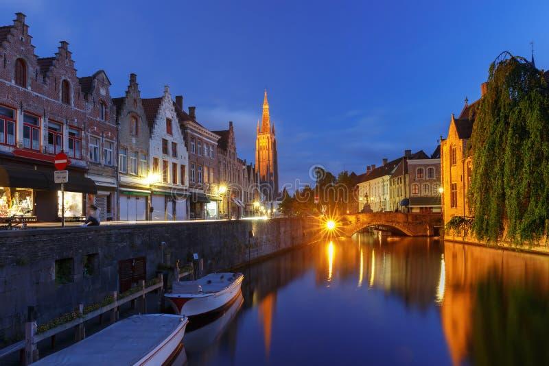 Kanaal Dijver en Kerk van Onze Dame, Brugge stock afbeeldingen