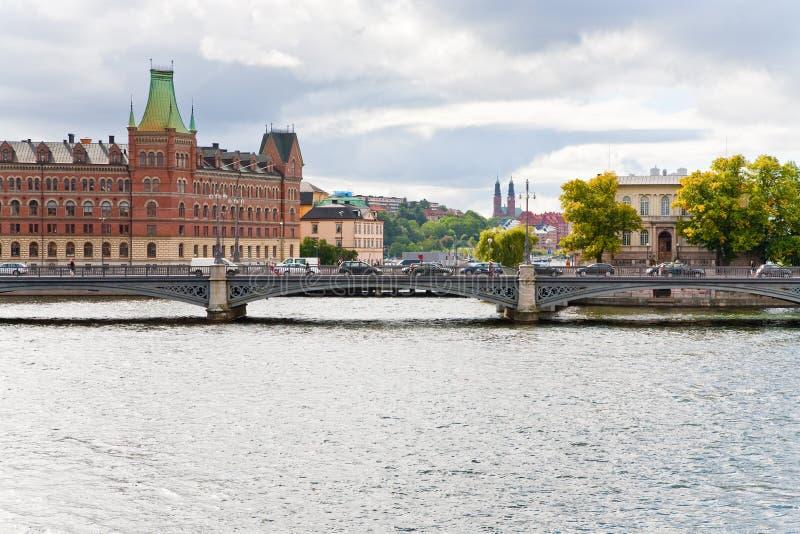 Kanaal en brug in Stockholm stock foto