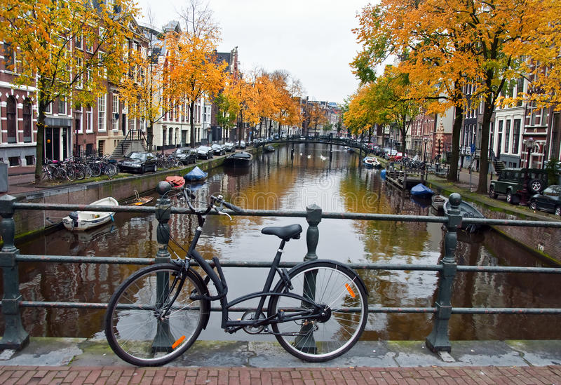 Kanaal en Fiets in Amsterdam stock afbeeldingen