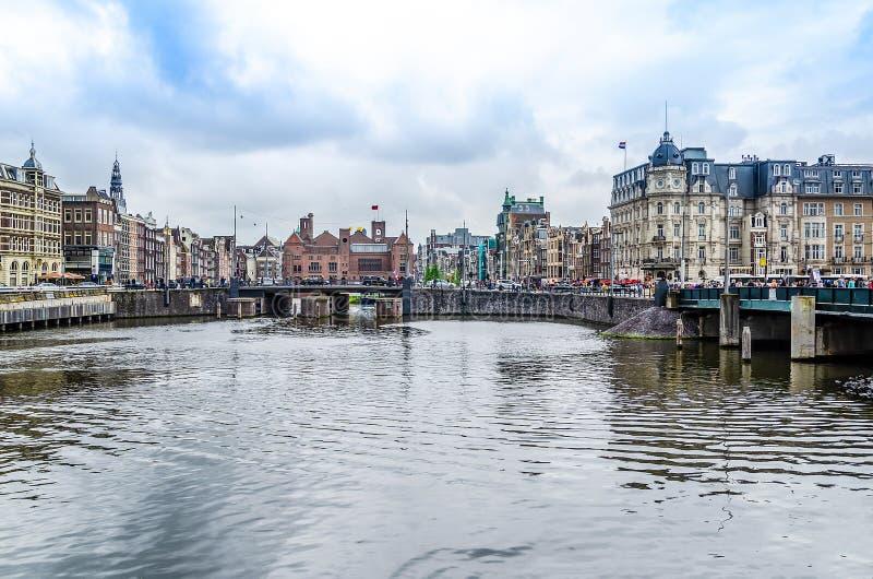 Kanaal en gebouwen van het centrum van Amsterdam Europa Nederland Holland royalty-vrije stock afbeelding