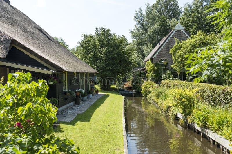 Kanaal en huizen in Giethoorn royalty-vrije stock afbeeldingen