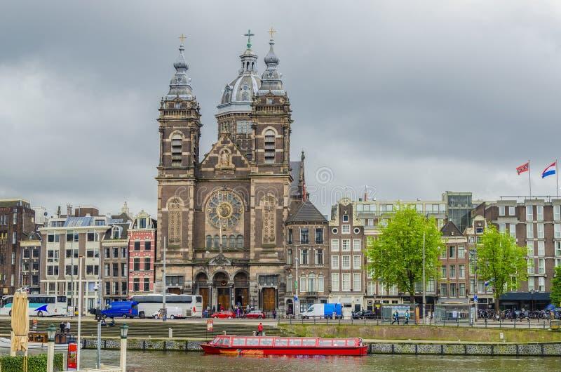 Kanaal en kerk van San Nicolas voor het station Amsterdam Nederland Holland royalty-vrije stock fotografie