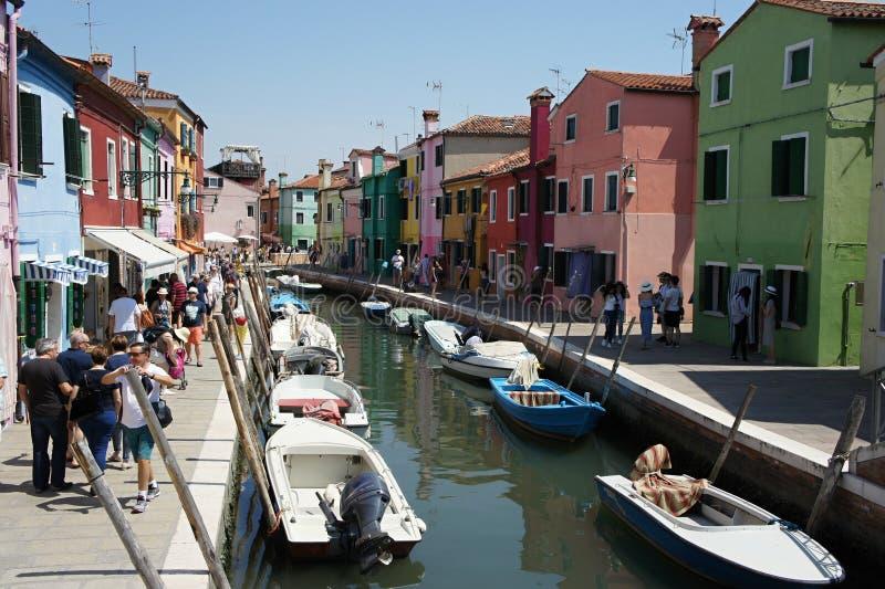 Kanaal met boten en straat in Burano-eiland - Venetië, Italië stock foto