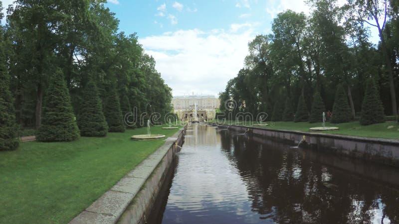 Kanaal met fontein in Peterhof stock video
