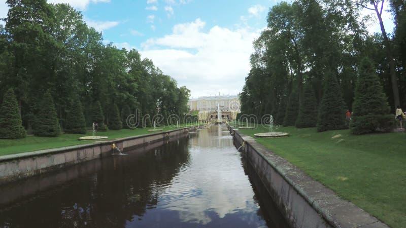 Kanaal met fontein in Peterhof stock footage