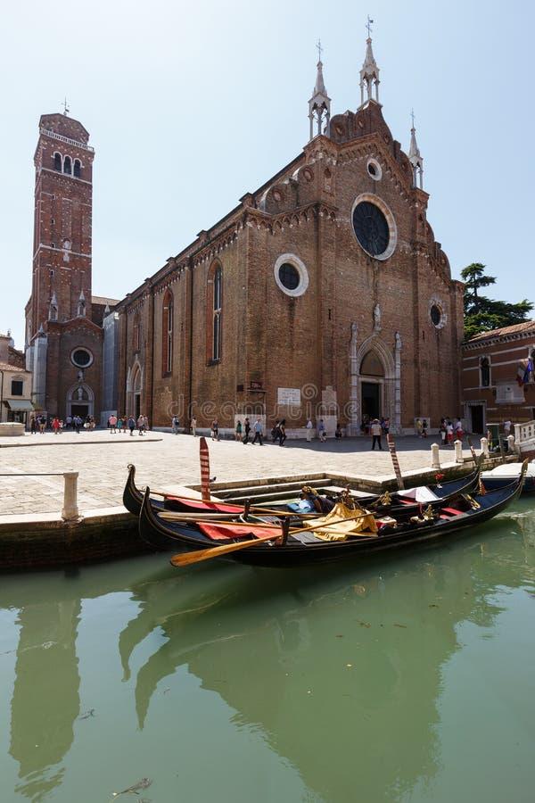 Download Kanaal Met Gondels, Basiliek Van Santa Maria Gloriosa-dei Frari Op Achtergrond Redactionele Fotografie - Afbeelding bestaande uit kanaal, italië: 114227617