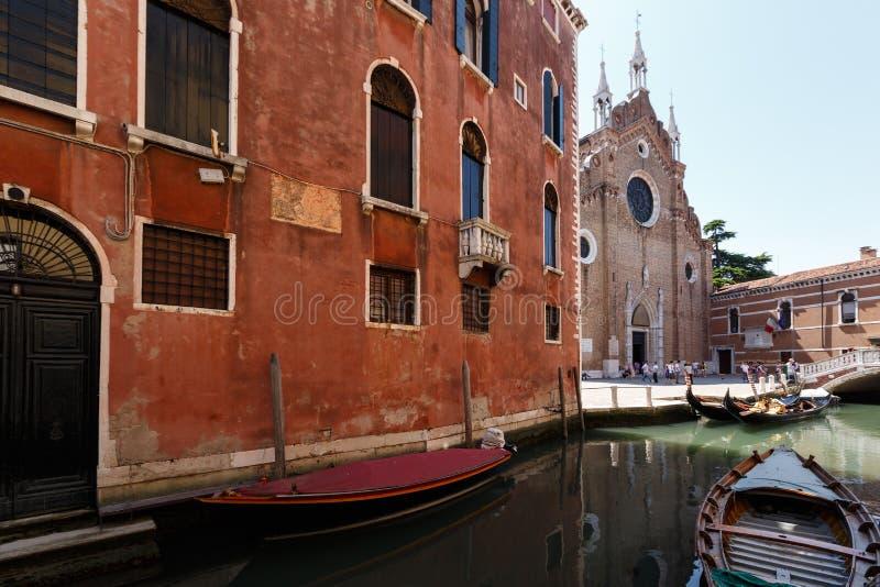 Download Kanaal Met Gondels, Basiliek Van Santa Maria Gloriosa-dei Frari Op Achtergrond Redactionele Afbeelding - Afbeelding bestaande uit gondola, fronton: 114227785