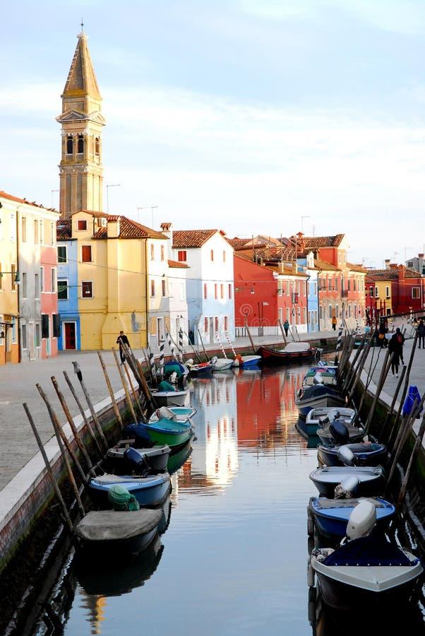 Kanaal met vele kleurrijke klokboten en huizen in Burano in Venetië in Italië royalty-vrije stock fotografie