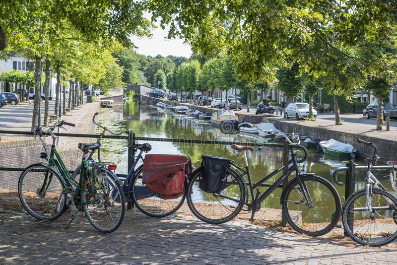 Kanaal in Naarden in Holland met fietsen en auto's royalty-vrije stock fotografie