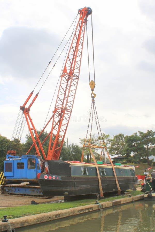 Kanaal narrowboat van het water wordt opgetild dat royalty-vrije stock foto's