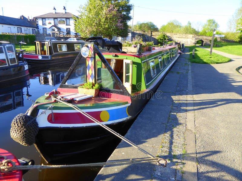 Kanaal narrowboats aan kanaalbank die wordt vastgelegd royalty-vrije stock foto's