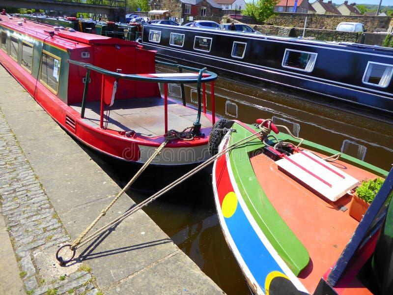 Kanaal narrowboats in kanaalbassin dat wordt vastgelegd stock afbeelding