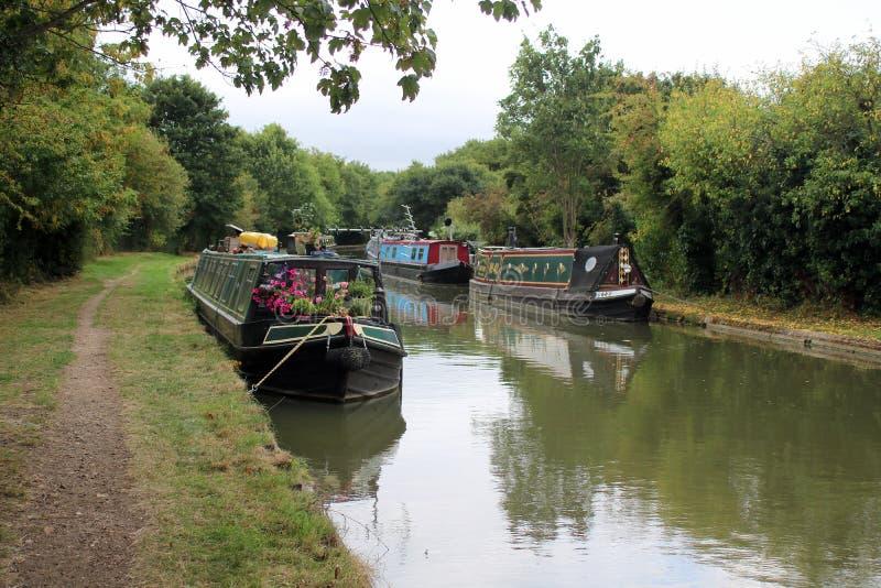 Kanaal narrowboats naast Engels kanaal wordt vastgelegd dat royalty-vrije stock foto's