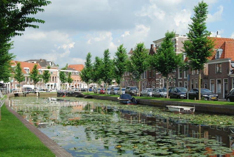Kanaal in Nederlandse stad van Weesp stock foto's