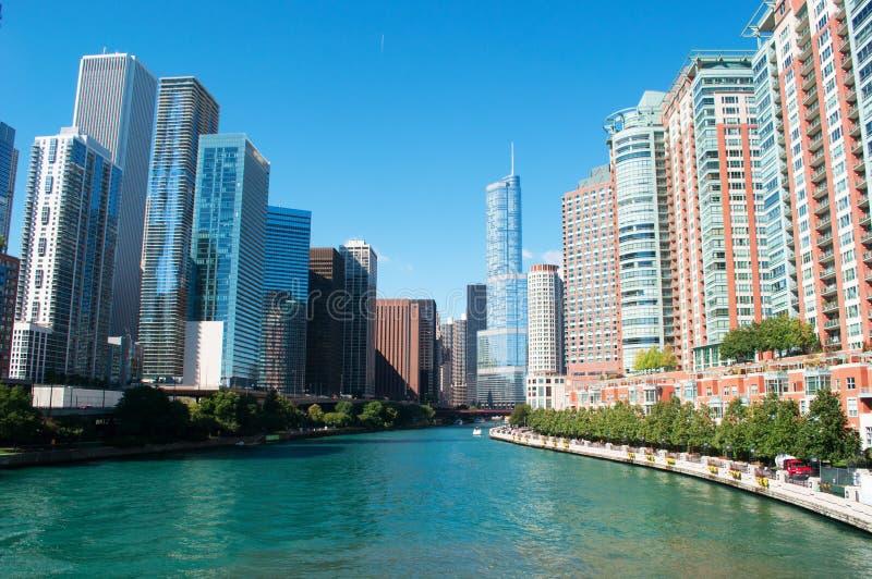 Kanaal op de rivier van Chicago met gebouwen en wolkenkrabbershorizon en de Troeftoren stock afbeelding