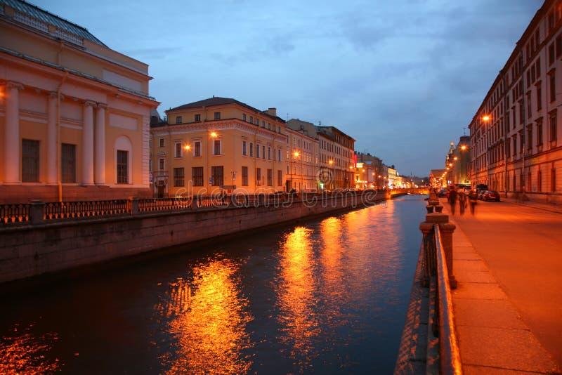 Kanaal in St. Petersburg in schemer stock fotografie