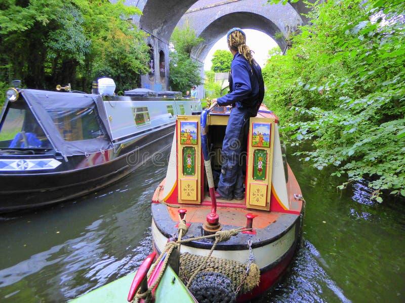 Kanaal twee die narrowboats elkaar overgaan stock foto's