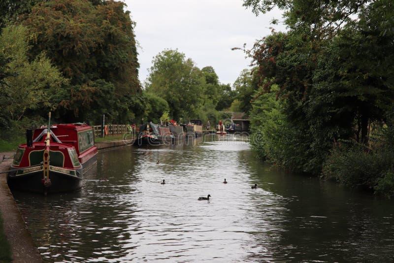 Kanaalbruggen over de watermanieren aken en smalle boten die overgaan onder royalty-vrije stock foto's
