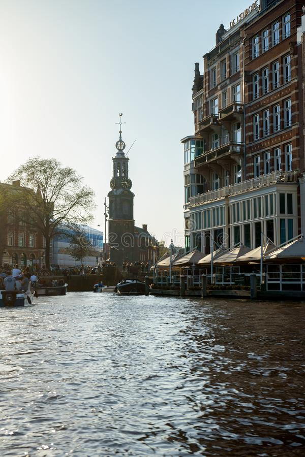 Kanaalmeningen over Munttoren-toren in Amsterdam, Nederland, 13 Oktober, 2017 stock afbeelding
