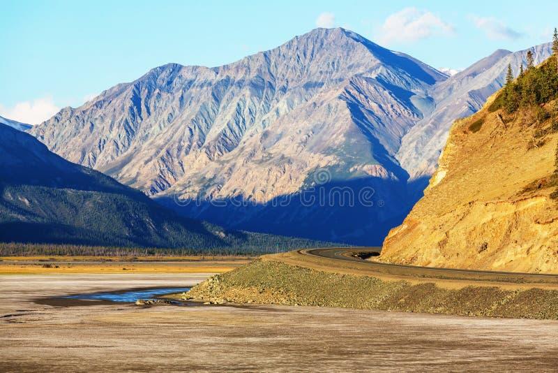 Download Kanada berg fotografering för bildbyråer. Bild av liggande - 76704147