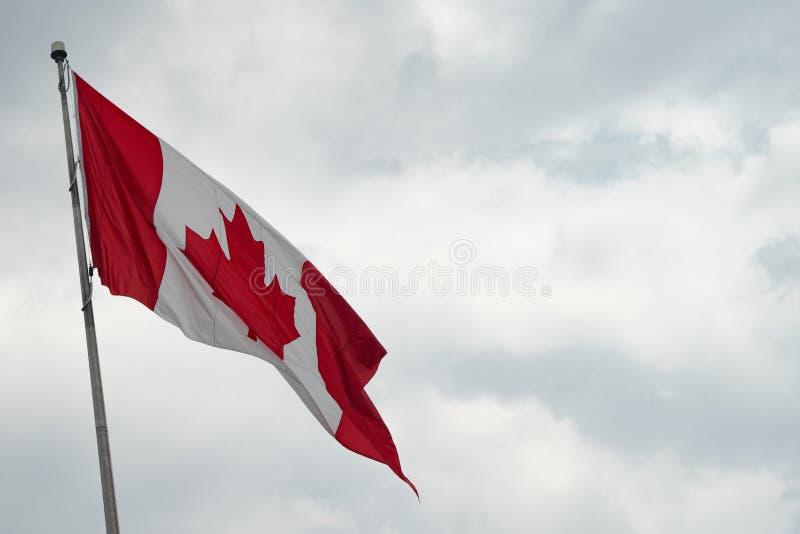 Kanada flaga z niebieskim niebem i chmurami obraz stock