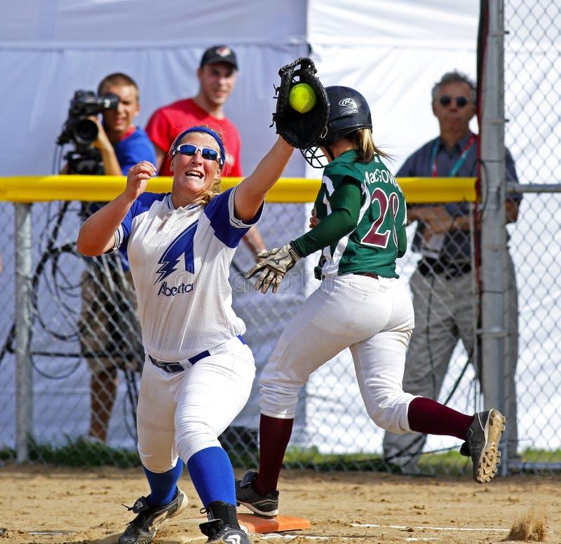 Kanada gier softballa kobiet chwyta piłki biegacz fotografia royalty free