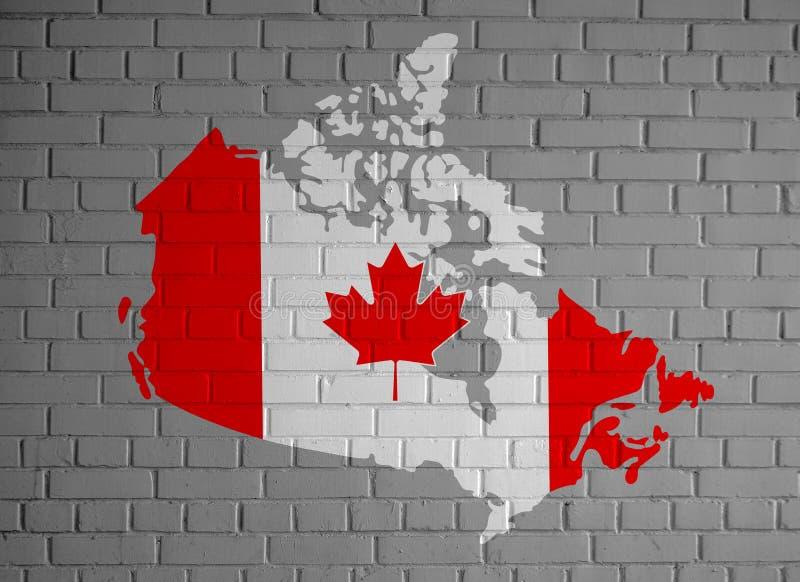 Kanada mapuje sylwetkę kraju w kolorach narodowej flagi kanadyjskiej oraz liść klonu na szarym tle pomalowanym na ścianie z cegły ilustracji