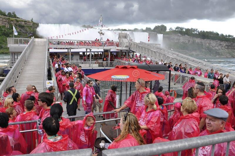 Kanada 26th juni: Turister som ?r journay bak den Niagara vattenfallet royaltyfria bilder