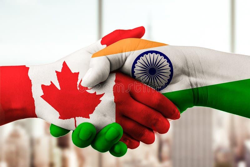 Kanada und indische Flagge mit den Händen zusammen stockfoto