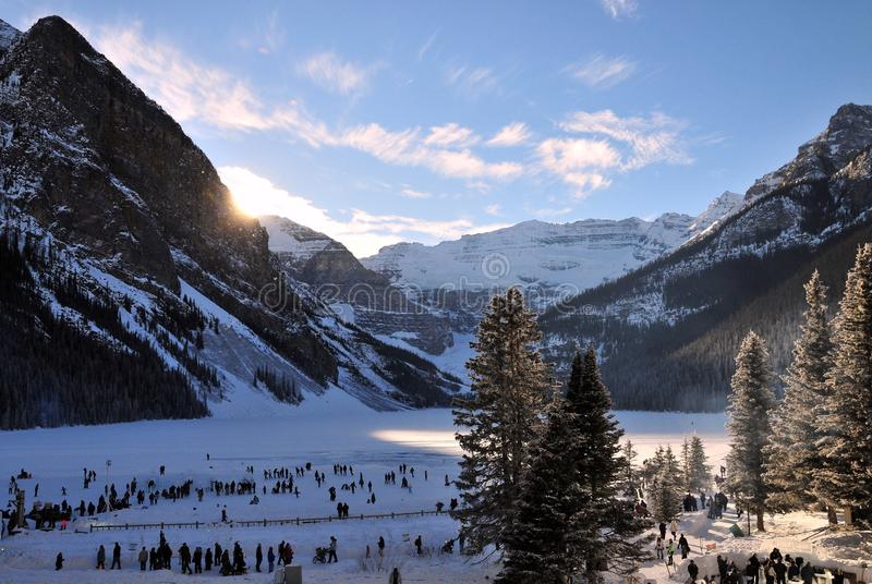 Kanadensaren och turister tycker om isfestival på Lake Louise i den banff nationalparken, Alberta, Kanada royaltyfri fotografi