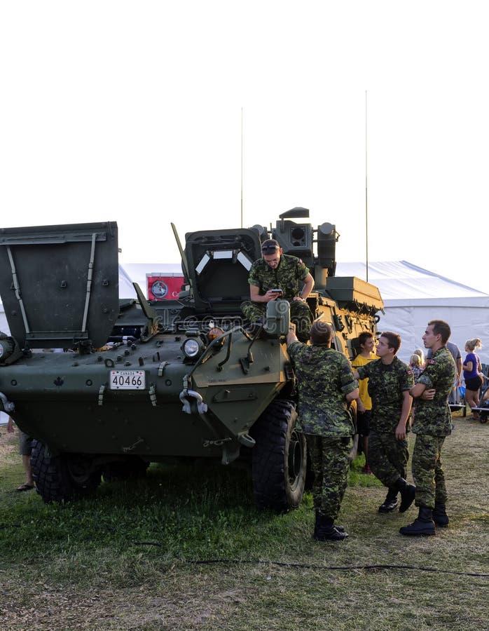 Kanadensaresoldater runt om APC royaltyfria bilder