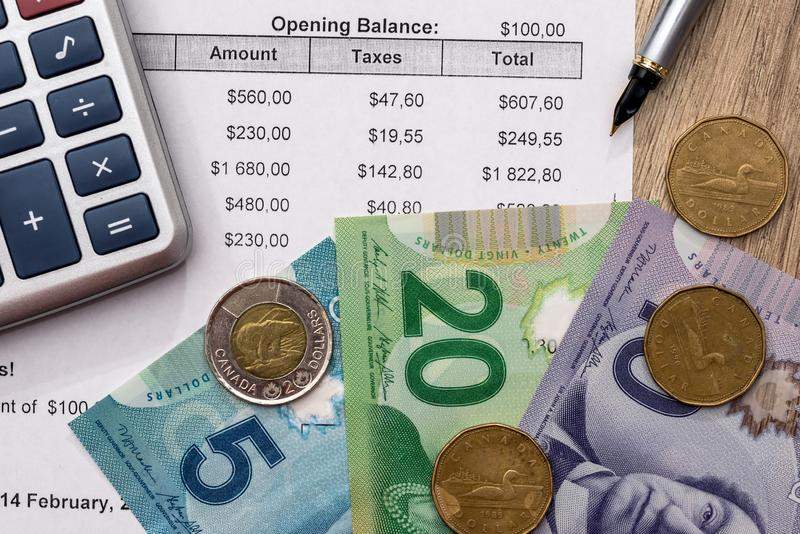 Kanadensisk dollar med affärsdiagrampennan arkivbild