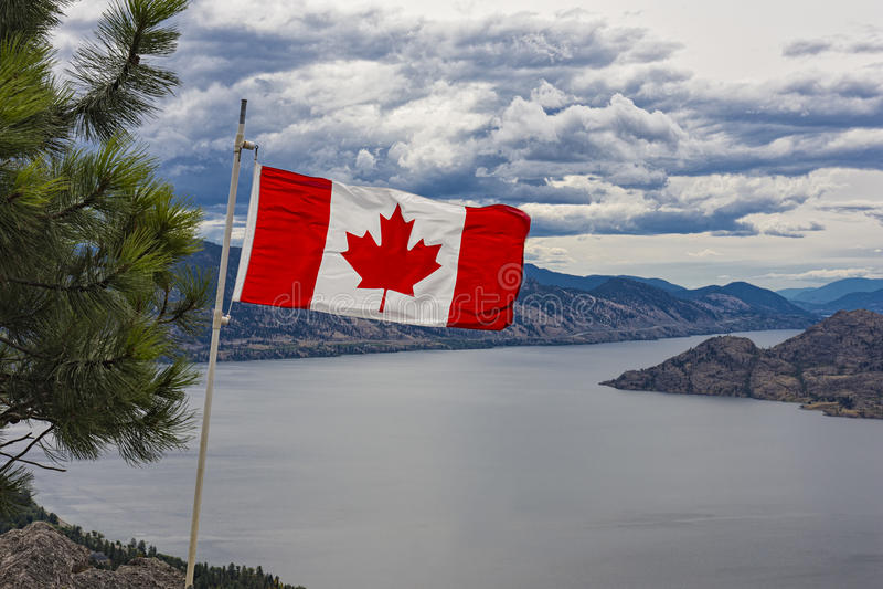 Kanadensisk flagga över Okanagan sjön nära Peachland British Columbia Kanada arkivbilder