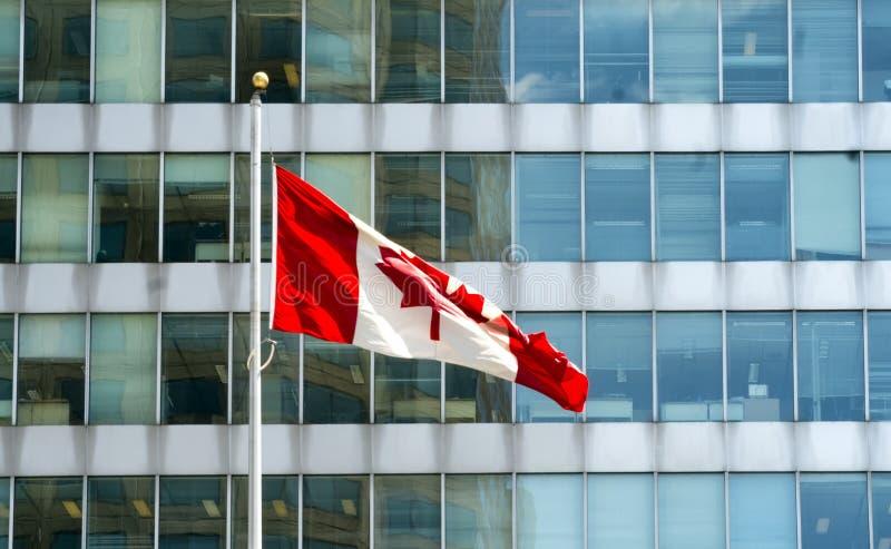 Kanadensisk flagga i vinden arkivfoto