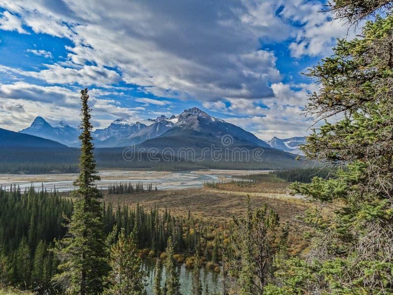 Kanadensisk vildmark med steniga berg på solnedgången royaltyfria foton