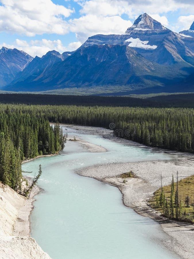 Kanadensisk vildmark med steniga berg på solnedgången royaltyfri bild